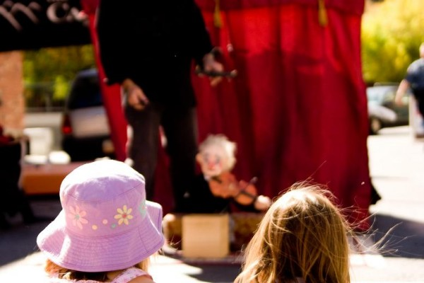 girls-watching-puppet-show64C574ED-8F28-152C-07FB-47682CF15D88.jpg